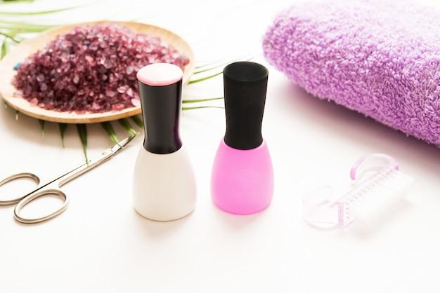 Handpflegezubehör, schere, handtuch, handtuch und nagellack Premium Fotos