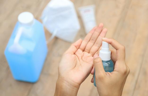 Handpumpen von alkoholgel zur reinigung der hand vor der arbeit am tag vor dem entweichen des vocid- oder corona-virus. menschen kümmern sich um das leben nach dem corona-virus-konzept.