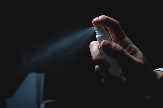 Handreinigung mit alkohol, geschäftsleute arbeiten mit alkoholgel-präventionspflege, betrieblichem gesundheitsschutz vor viruserkrankungen im büro, coronavirus covid-19 hygieneinfektionskonzept