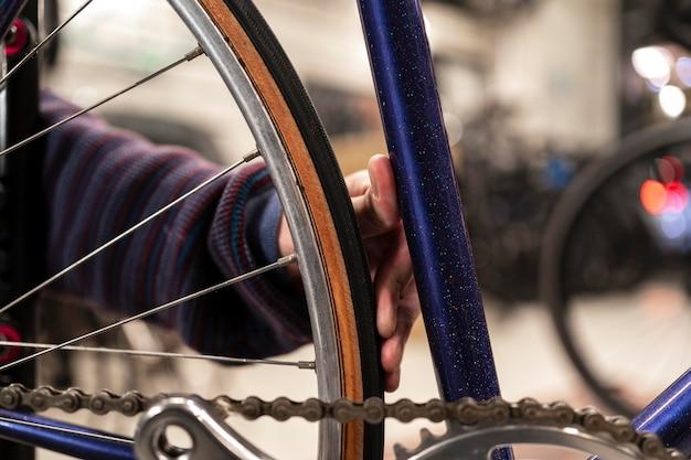 Handreparatur fahrrad mit schraubenschlüssel