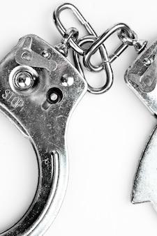 Handschellen, die gegen weißen hintergrund liegen
