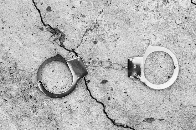 Handschellen liegen auf dem alten betonboden. foto in hoher qualität