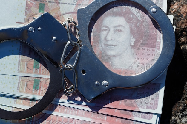Handschellen mit geld pfund sterling. foto in hoher qualität