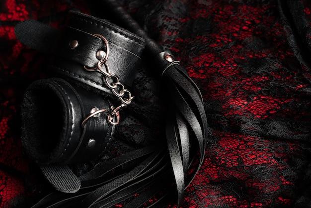 Handschellen und eine peitsche mit sexy unterwäsche für frauen