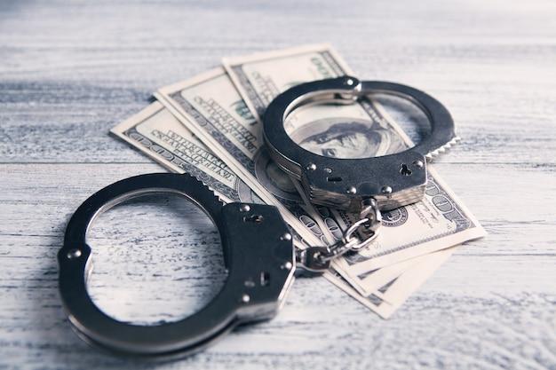 Handschellen und geld auf dem tisch