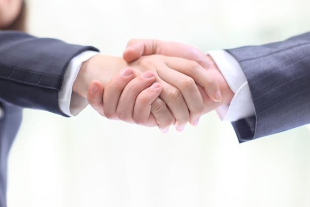 Handschlag der beiden geschäftsleute, im vertrag vereinbart, eine nahaufnahme. auf einem weißen hintergrund isoliert.