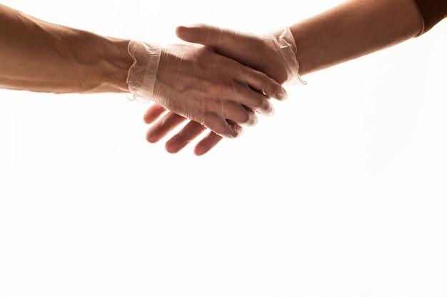 Handschlag mit medizinischen handschuhen. coronavirus-konzept. covid 19