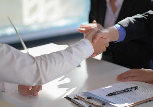 Handschlag, um dem projekt zu gratulieren