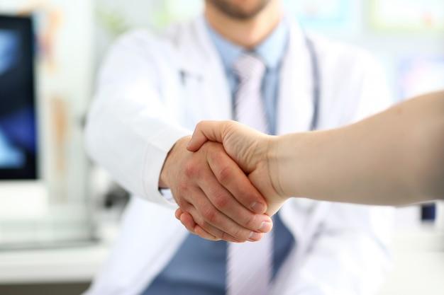 Handschlag von arzt und patient