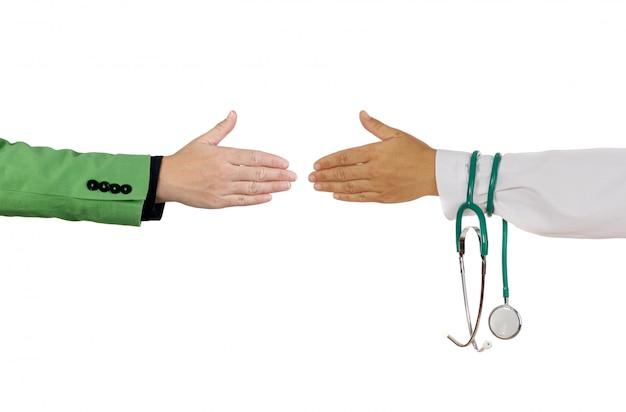 Handschlag zum abschluss eines geschäfts zwischen medizinern und geschäftsleuten