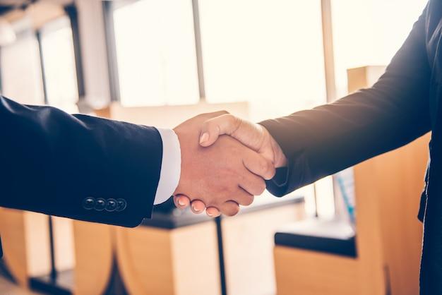 Handschlag zwischen joint venture-geschäftsleuten nach gutem management und gutem konzept