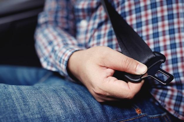 Handschnallen des sicherheitsgurts des autos