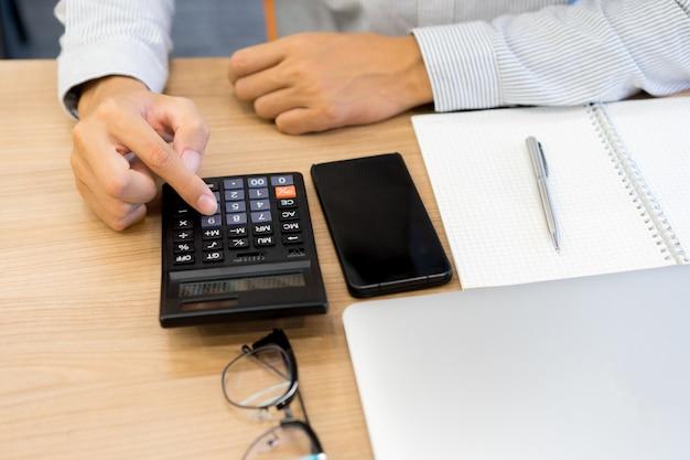 Handschrift auf papier und drücken sie den taschenrechner für die arbeitsweise