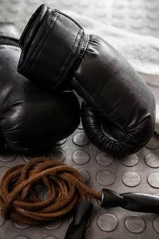 Handschuhe und seil in der crossfit-turnhalle