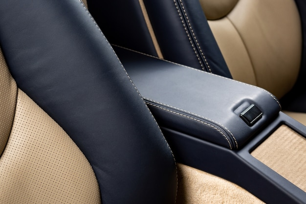 Handschuhfach eines autos mit schwarzem leder