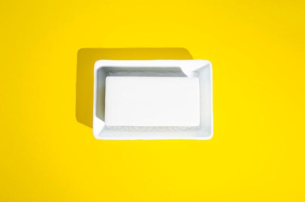 Handseife in der weißen seifenschale