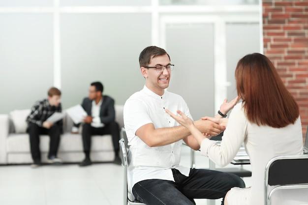 Handshake des managers und des kunden nach der vertragsbesprechung. foto mit textfreiraum