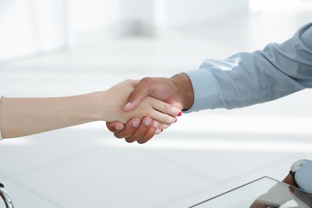 Handshake-finanzpartner nach erörterung der finanziellen vertragsbedingungen