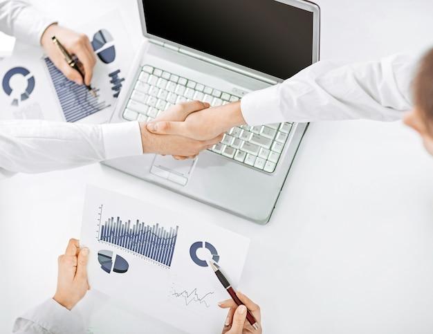 Handshake-geschäftsleute nach der besprechung des finanzvertrags. nahaufnahme