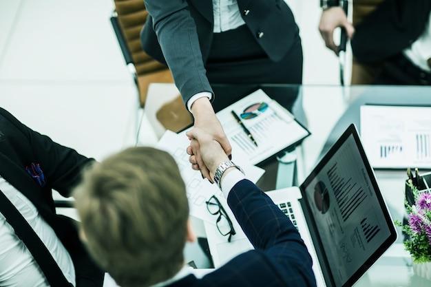 Handshake-geschäftspartner nach diskussion der finanzsche