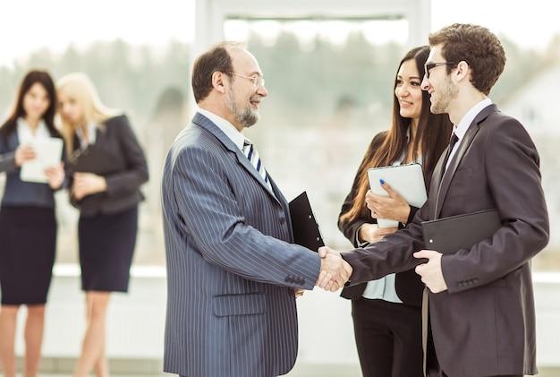 Handshake-geschäftspartner vor einem geschäftstreffen