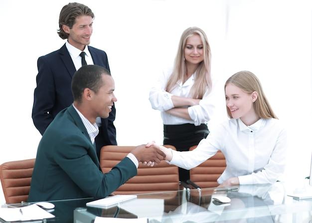 Handshake manager und der kunde im büro. foto mit kopienraum