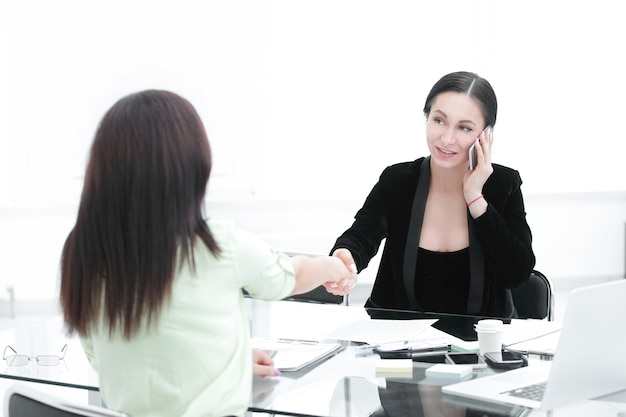 Handshake-manager und kunden frauen macht im geschäft