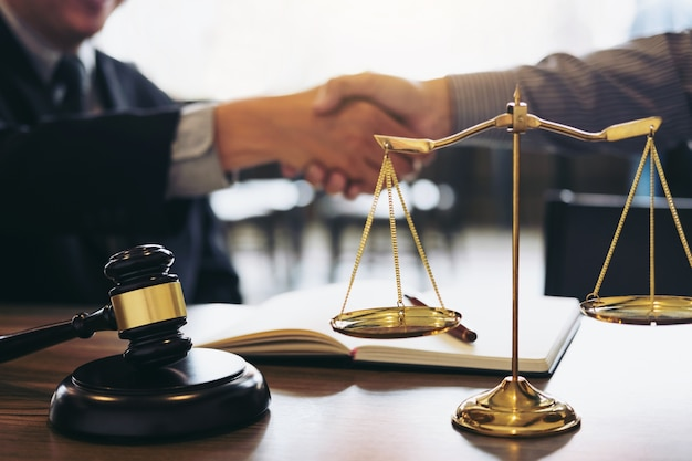 Handshake nach guter zusammenarbeit, beratung zwischen einem männlichen anwalt und geschäftsmann custo