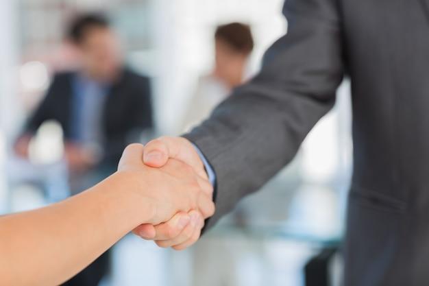 Handshake, um einen deal nach einem meeting zu besiegeln