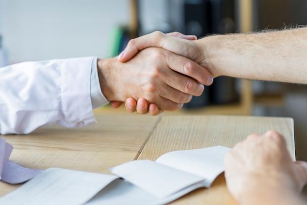 Handshake von arzt und patient