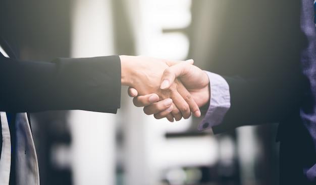 Handshake von geschäftsleuten kollegen teamwork meeting. halten sie die hand und rütteln sie die hand.