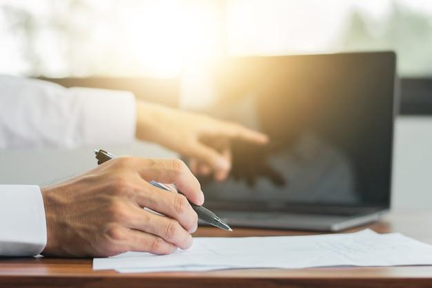 Handsignatur auf dokument, hand mit stift schreiben