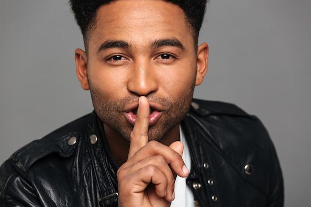 Handsoma afroamerikanischer mann zeigt stille geste