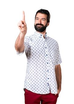 Handsome brunette mann mit bart berühren auf transparenten bildschirm