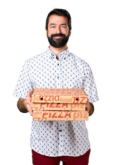 Handsome brunette mann mit bart hält eine pizza