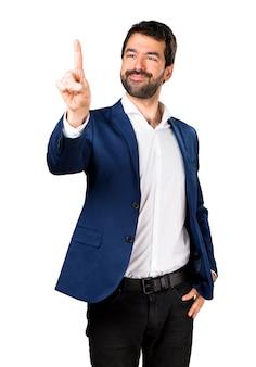 Handsome man berührt auf transparenten bildschirm
