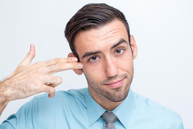 Handsome manager schießt sich mit fingern