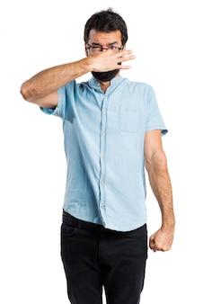 Handsome mann mit blauen gläser machen riechende schlechte geste