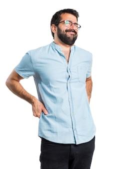 Handsome mann mit blauen gläser mit rückenschmerzen