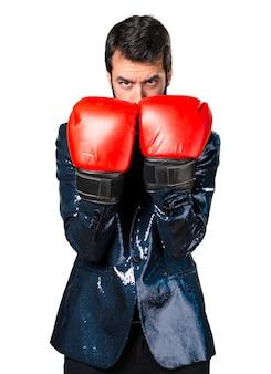 Handsome mann mit paillettenjacke mit boxhandschuhen