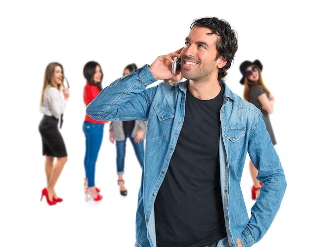 Handsome mann reden mit handy über weißem hintergrund