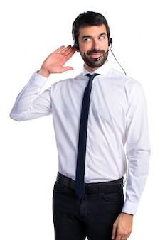 Handsome telemarketer mann hört etwas