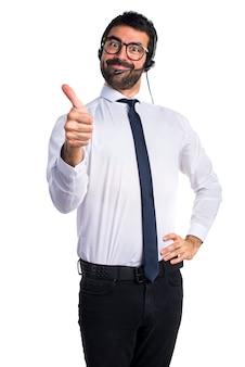 Handsome telemarketer mann mit daumen nach oben