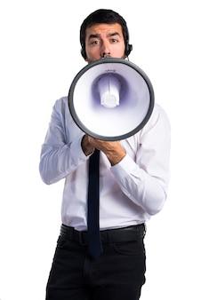 Handsome telemarketer mann schreit durch megaphon