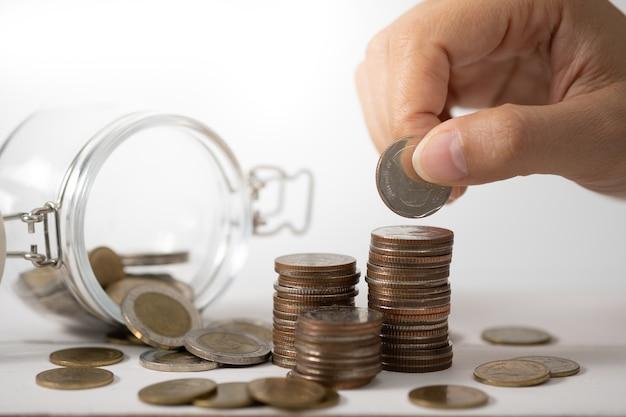 Handstapelmünzen, konzept für einsparungsgeld, wachsendes geschäft und reich