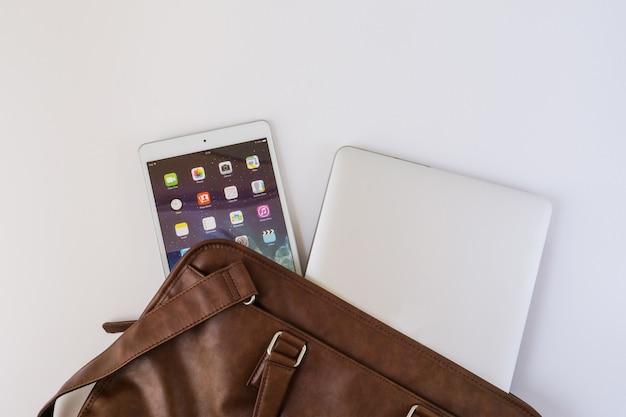 Handtasche mit smartphone und tablet