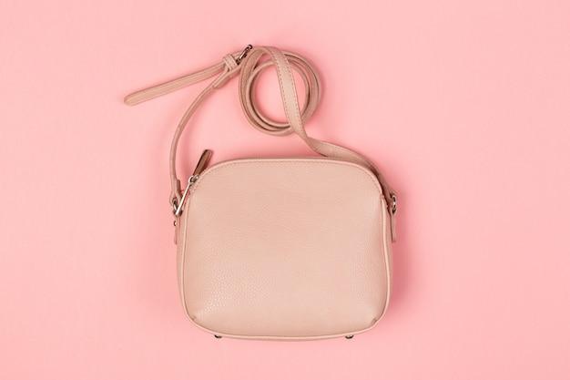 Handtaschen-geldbeutelabschluß der frau herauf draufsicht über gefärbt
