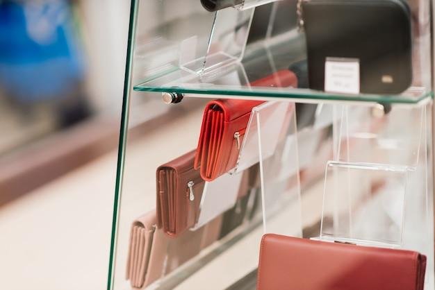 Handtaschen und geldbörsen in einem luxusmodegeschäft, vitrine