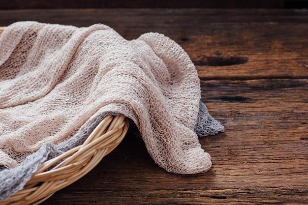 Handtuch auf holztisch hintergrund