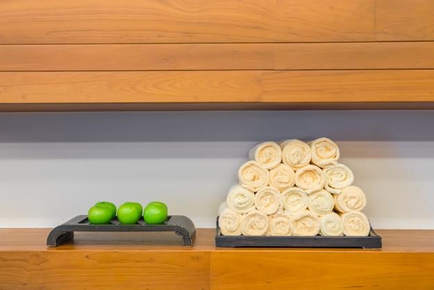 Handtuch im fitness-club mit grünem apfel.